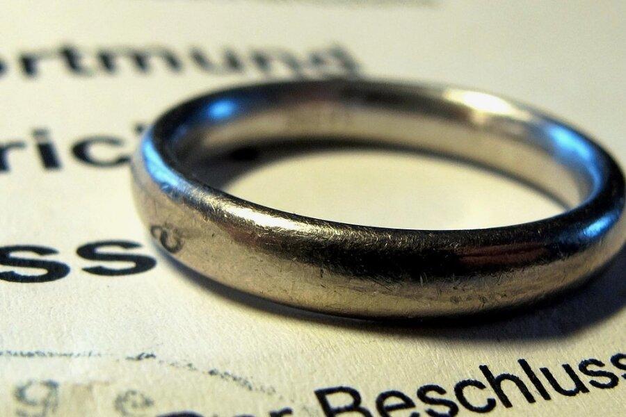 Ehering auf Gerichtsbeschluss. Wie viele durch Corona bedingte Scheidungen es gibt, wird sich 2021 zeigen.