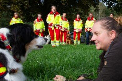 Aktiv beim ASB-Rettungshundezug Ostthüringen sind auch Australian Shepherd Luna mit Frauchen Izabel Toth. Im Hintergrund: Mitarbeiter des Rettungshundezugs.