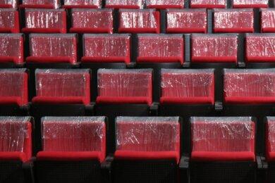 374 Sitzplätze gibt es jetzt im Gewandhaus, vorher waren es 395. Die Sitzflächen sind breiter als vorher und die Folie kommt auch noch ab.