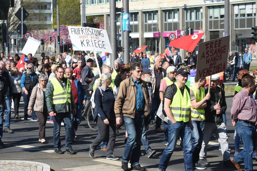Unter anderem gegen eine Erhöhung der Rüstungsausgaben wendeten sich Teilnehmer des Ostermarsches, der durch die Innenstadt führte.