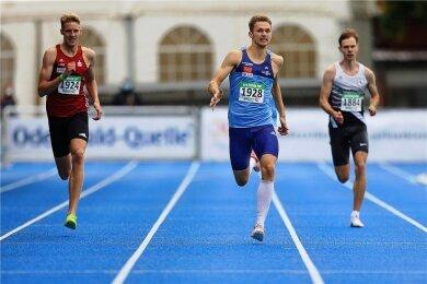 Marvin Schlegel stürmt in Mannheim als Erster dem Ziel entgegen. Links Manuel Sanders (Dortmund), rechts Arne Leppelsack (Gräfelfing).