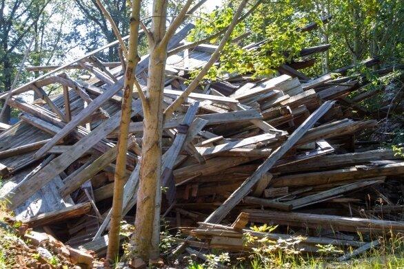 Bauschutt liegt ungesichert auf einem Grundstück.
