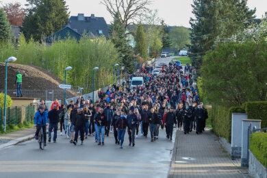 """Mehrere Hundert Teilnehmer nahmen am Sonntagabend an einem """"Corona-Spaziergang"""" in Zwönitz teil. Die Polizei war vor Ort."""