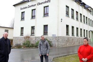 Wegen Corona auf Abstand: Bürgermeister Steffen Pachan und Dr. Diethard Weichsel mit Mitarbeiterin Yvone Günther (von links).