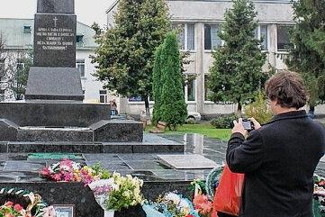 Sven Dietrich am Denkmal für die Gefallenen des Zweiten Weltkrieges in Volodymyr-Volynsky. Dort wird auch der Gefallenen des aktuellen Krieges gedacht. Zwölf Soldaten aus der Region Wolhynien sind bisher im Einsatz gestorben.