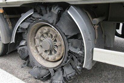 Aufgrund der gefährlichen Mängel muss der Fahrer des Lkw mit einem Bußgeld rechnen.
