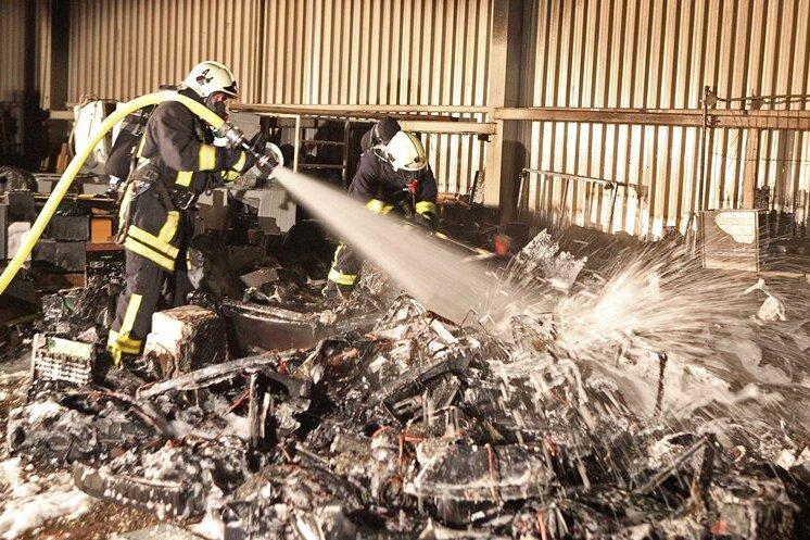 In Zwickau brannte am Sonntag Elektronikschrott in einem offenem Lager auf dem Grundstück einer Recyclingfirma.