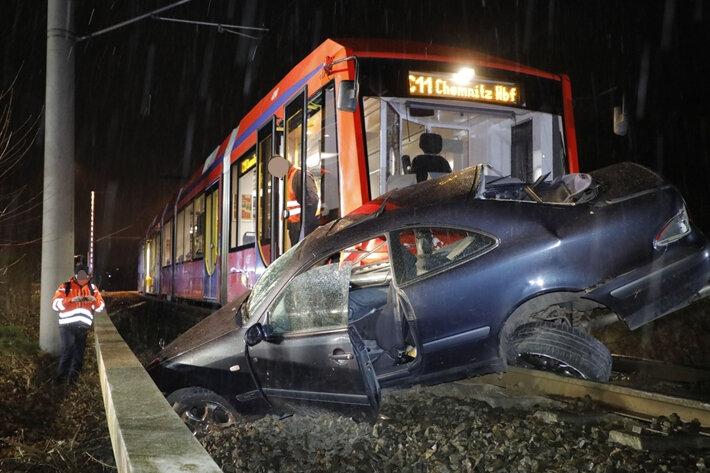 Pkw in Niederdorf von Citybahn mitgeschleift - Fahrer schwer verletzt