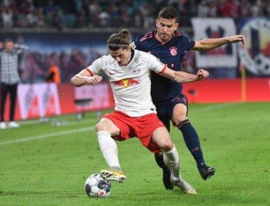 Bildunterschrift: Das Hinspiel zwischen RB Leipzig und Bayern München endete mit einem 1:1. Im Bild: Leipzigs Marcel Sabitzer (l.) im Zweikampf mit Bayerns Lucas Hernandez.