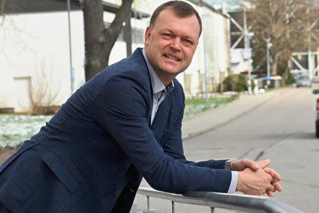 Bürgermeister Andreas Graf steht vor dem Rathaus in Lichtenau. Der 46-Jährige war an Corona erkrankt.