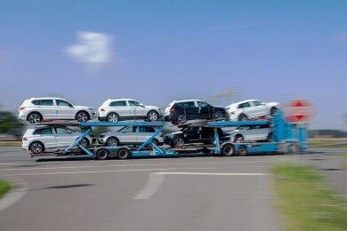 Ein Autotransporter mit Neuwagen von Volkswagen: Vor allem die Verkäufe an Privatkunden ziehen in Deutschland wieder deutlich an und stützen den abgestürzten Automarkt.
