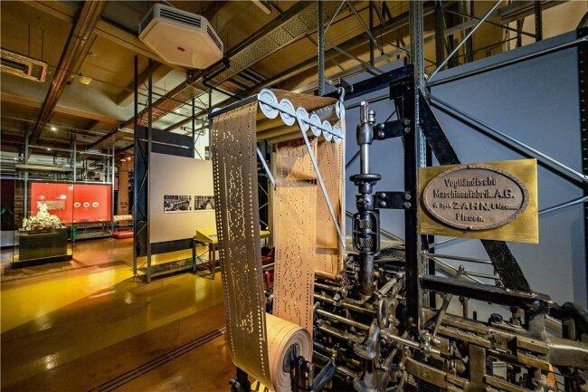 Ein Stickautomat aus der Vogtländischen Maschinenfabrik Plauen ist einer der Hingucker im Kapitel zur Entwicklung industrieller Massenstrukturen.