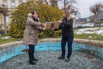 Wiebke Arnold, Sprecherin der Stadt Thalheim, und Katja Kircheis, Inhaberin der Villa Neukirchner, im alten Brunnen.