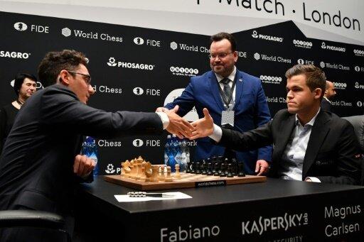 Carlsen (r.) verpasst Sieg gegen Caruana (l.)