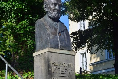 Der Kellerbrunnen in Hainichen erinnert seit 1908 an den hier geborenen Erfinder Friedrich Gottlob Keller (1816 bis 1895). Die nach Originalvorlage neu gefertigte Büste aus Bronze wurde 2008 aufgesetzt.