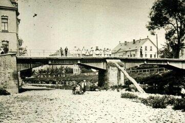 Die 1827 erbaute und bis 1909 bestehende Brücke. Ganz rechts im Bild das Brückenzollhäuschen.