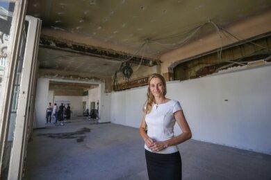 Ayla Blaschke hat das alte Postgebäude in Limbach-Oberfrohna gemeinsam mit ihrem Mann gekauft. Die Umbauarbeiten in der früheren Schalterhalle haben schon begonnen. Dort soll ein Geschäft einziehen.