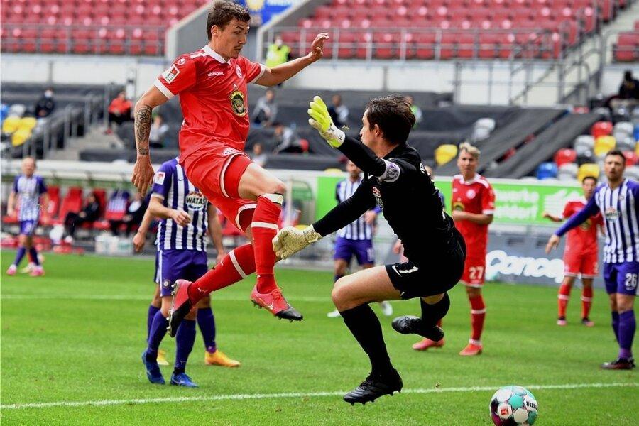 Der Düsseldorfer Marcel Sobottka erzielt das Tor zum 2:0. Aues Torhüter Martin Männel kann nicht mehr eingreifen.