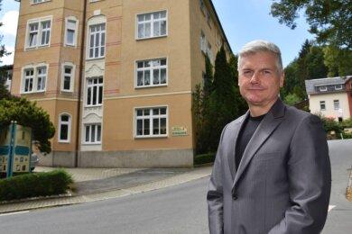 Uwe Albert, Betreiber von Parkhotel Helene und Albert's Parkrestaurant, vor seinem Hotel in Bad Elster.