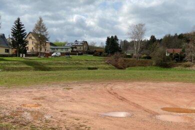 Auf dem alten Fußballplatz, der vom Heimatverein als Festplatz genutzt wurde, sollen nun ein kleiner Schulsportplatz mit der Möglichkeit zum Volleyballspielen sowie ein neuer Schulgarten für die Goethe-Schule entstehen.