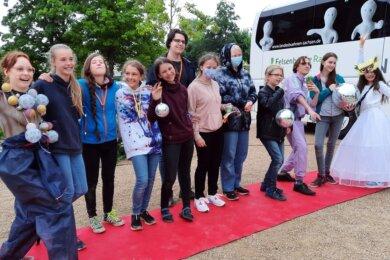 Die Teilnehmer der Montessori-Schule gemeinsam mit Schauspielern der Landesbühnen Sachsen