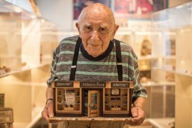 """Herbert """"Moshe"""" Samter 2018 mit dem selbst gebauten Miniaturmodell des Schuhgeschäfts, in dem sein Vater einst arbeitete."""