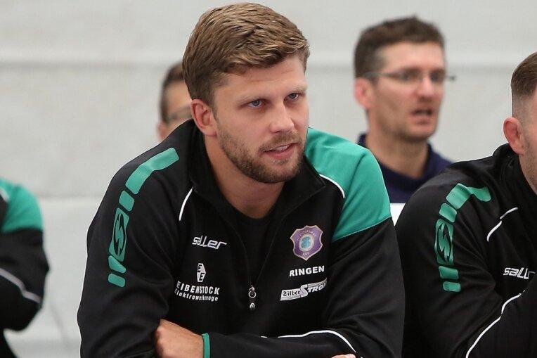 Als Aktiver trug Francis Weinhold zuletzt das Trikot des Bundesligisten FC Erzgebirge Aue. Für die Saison 2020/21 hatte er bei Germania Markneukirchen unterschrieben, zum Einsatz kam er aber nicht mehr.