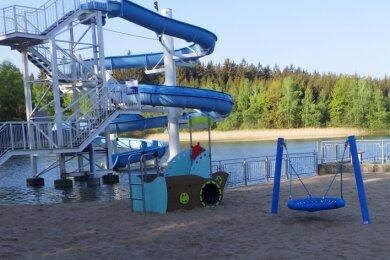 Einen neuen Spielplatz für die Kleinsten und eine sanierte Riesenrutsche für die Größeren bietet das Badgelände.