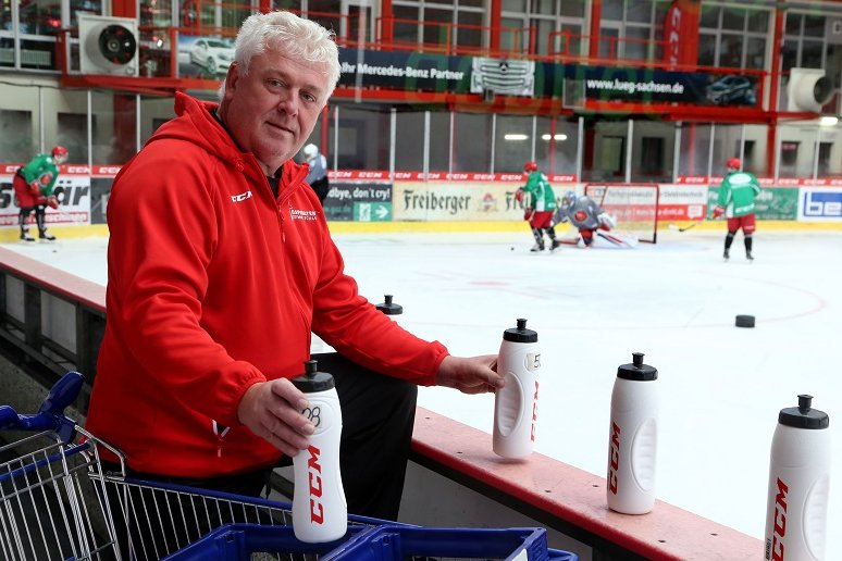 Die Eispiraten müssen vorerst ohne ihn auskommen: Mannschaftsleiter Klaus Schietzold ist mindestens bis zum Ende des Monats krankgeschrieben.
