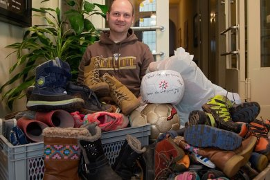 Bürgermeister Thomas Hetzel mit Schuhen und einigen Bällen im Oberlungwitzer Rathaus.
