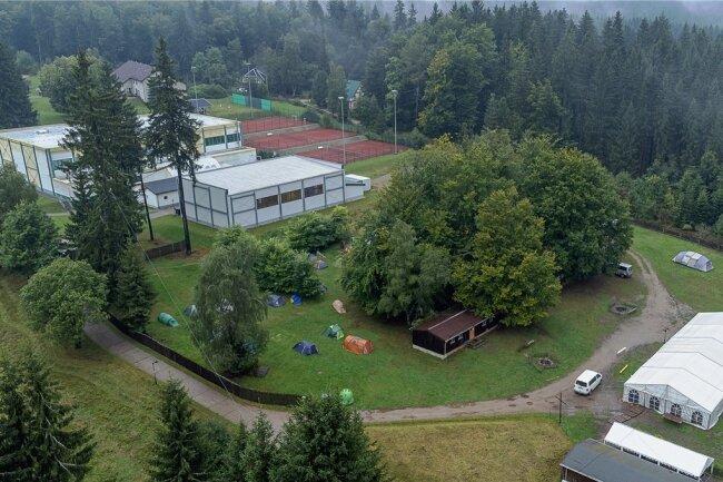 Das Schwimmbad mit Löschteichfunktion soll unterhalb der Freizeithalle (links oben) und längs zum Weg entstehen - dort, wo auf diesem Bild am gestrigen Mittwoch eine Handvoll Zelte standen.