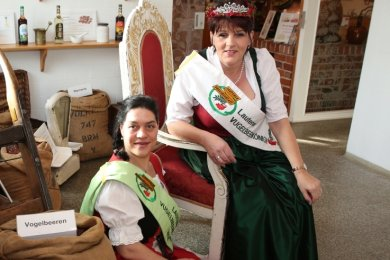 Lauterer Vugelbeer-Kaiserin Constance Brosell (vorn) und -Königin Heike Siegel