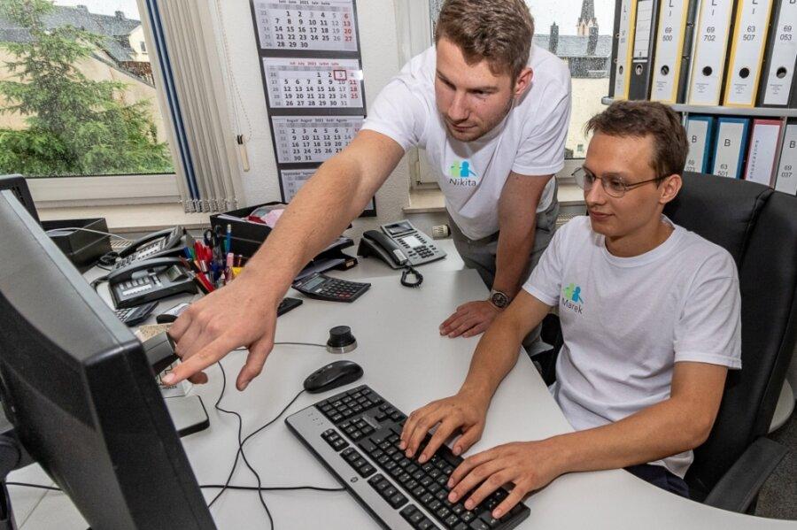 """Nikita Soldatov (links) und Marek Pijala in den Geschäftsräumen ihrer Burgstädter Firma """"Schülertreff""""."""
