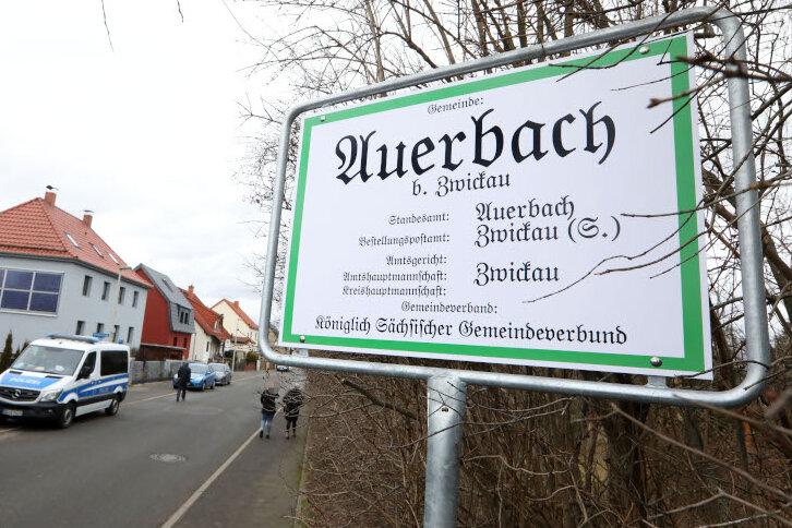 """Dieses Schild am Wohnhaus, das am Dienstag geräumt wurde, verweist auf einen """"könglich sächsischen Gemeindeverbund""""."""
