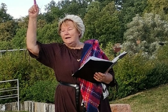 Stadtführerin Dagmar Kröber alias Ottilie Möllerin am Standort des historischen Tränktors unweit der Paradiesbrücke.