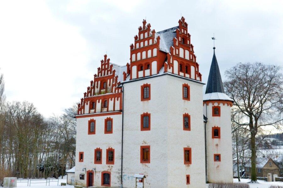 Das Netzschkauer Schloss steht im Großen und Ganzen recht gut da. Doch unter anderem an einem Giebel zeigen sich Schäden.