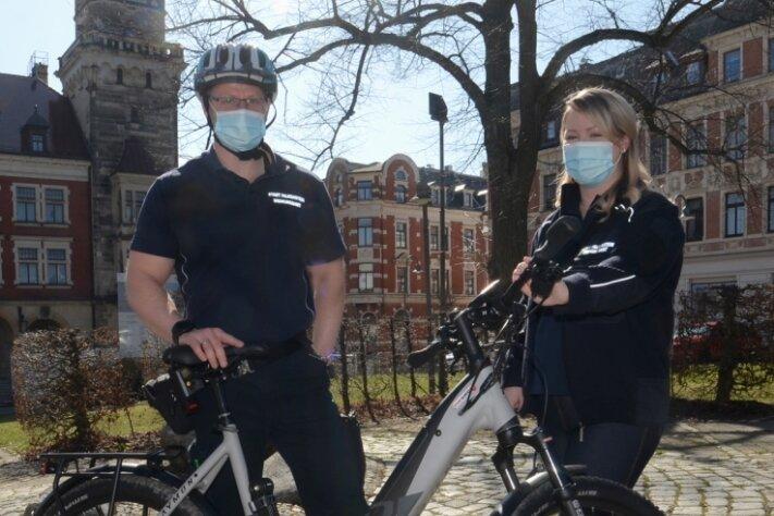 Danny Klein und Michelle Hurraß vom Falkensteiner Ordnungsamt mit dem neuen E-Bike der Kommune.