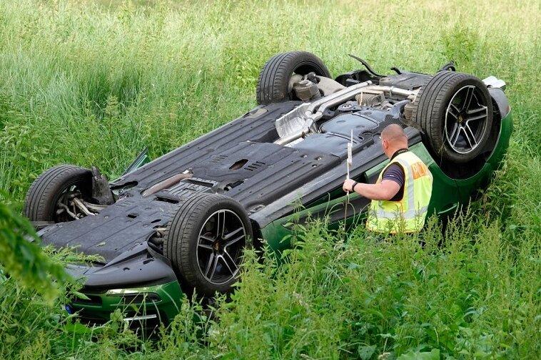 Der Porsche landete auf einer Wiese auf dem Fahrzeugdach und musste geborgen werden.