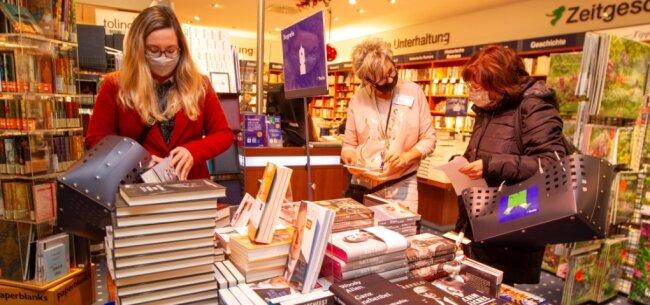 Andrang in der Plauener Thalia-Buchhandlung: Vor dem Fest zählt der Laden in der Stadt-Galerie besonders viele Kunden. Zeitweise bildete sich eine Schlange vor dem Geschäft.