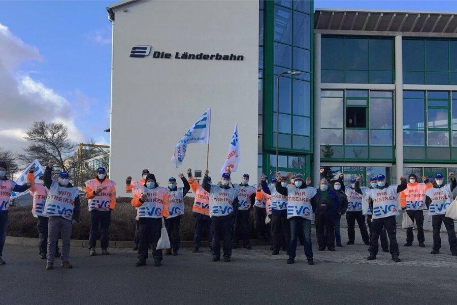 Warnstreik der Frühschicht der Länderbahn-Werkstatt Neumark.