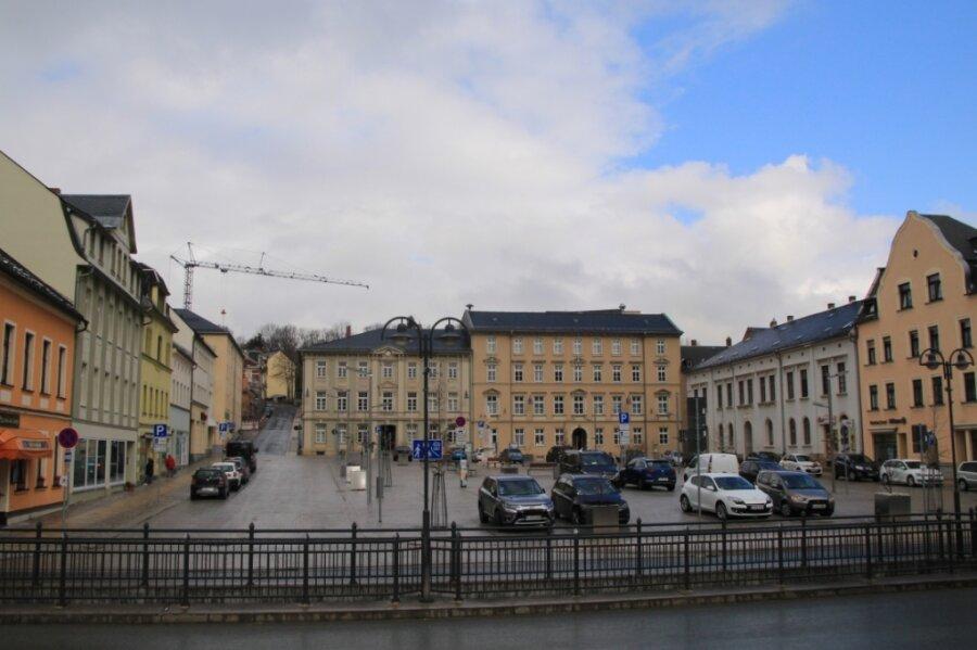 Der Besitz bebauter Grundstücke in Lengenfeld - wie hier am Markt - wird teurer: Der Stadtrat hat beschlossen, den Hebesatz für die Grundsteuer B ab diesem Jahr zu erhöhen. Und das ist nicht die einzige Erhöhung.