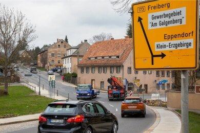 Der Knoten zwischen Bundesstraße 173 und Staatsstraße 207, am Abzweig Richtung Klein-Erzgebirge/Eppendorf, in Oederan ist ein Unfallschwerpunkt. Bund, Land und Stadt sind sich einig und wollen ihn zum Kreisverkehr umbauen. Ein Termin für den Baustart steht aber noch nicht fest.