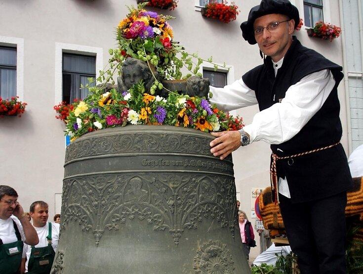 """<p class=""""artikelinhalt"""">Gerd Schlesinger, Vorsitzender des Glockenfördervereins Schwarzenberg, hinter der alten Bronzeglocke aus St. Georgen, die in Bayern mittels Spezial-Schweißverfahren saniert wird. Für die Restaurierung bekam der Förderverein dieses Jahr einen Zuschuss. </p>"""