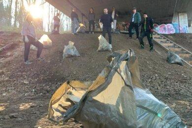 """Die Gruppe """"Kampf dem Plastik"""" sammelt regelmäßig illegal abgelagerten Müll ein. Ein Schwerpunkt dabei ist die Brücke der Umgehungsstraße."""