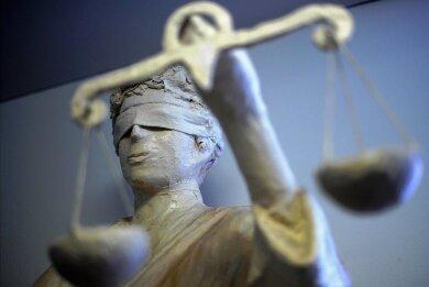 Das Landgericht möchte mehrere Verfahren gegen einen aus Auerbach stammenden Liebesbetrüger bündeln. Deshalb wurde ein für Dienstag angesetztes Berufungsverfahren abgesagt.