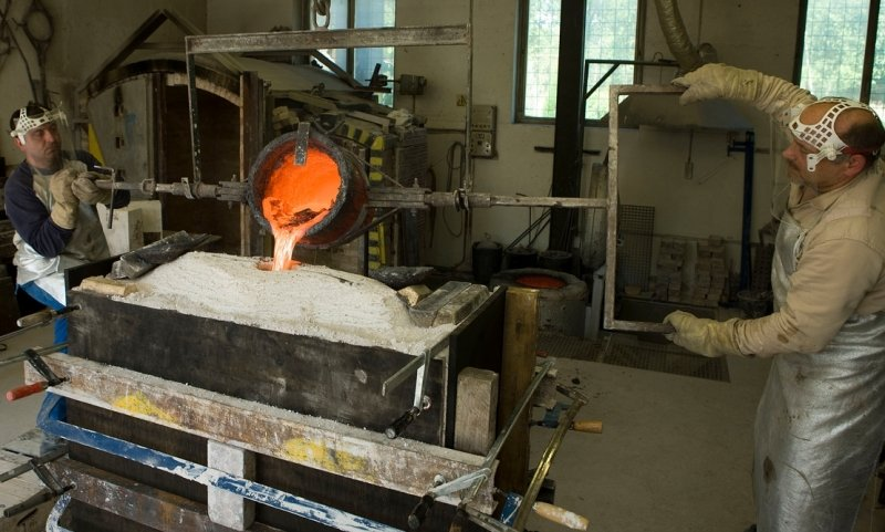 """<p class=""""artikelinhalt"""">Eine Mischung aus 90 Prozent Kupfer und zehn Prozent Zinn ist bei einer Temperatur von rund 1300 Grad Celsius in die von Peter Luban geschaffene Form gegossen worden.</p>"""