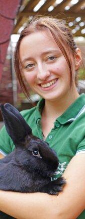 Kuscheleinheiten dürfen für ihre neun Kaninchen nicht fehlen. Doch Namen gibt sie den Tieren nur sehr selten, denn nach der Zuchtsaison gibt sie einige der Kaninchen an andere Züchter weiter.