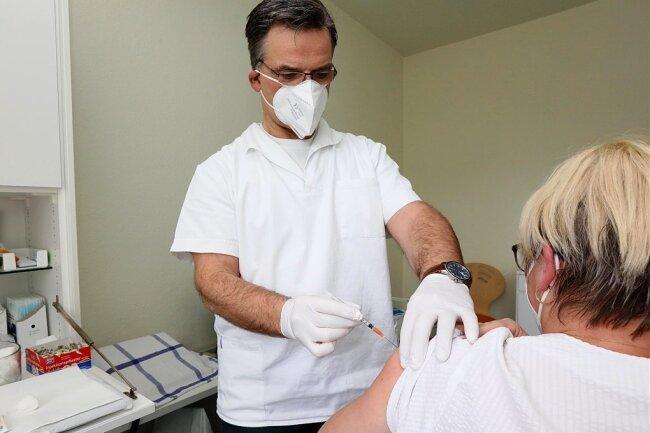 Drei Stunden hat der Wilkau-Haßlauer Mediziner Steffen Wehner gebraucht, um alle an ihn gelieferten Dosen zuverimpfen. Auch Krankenschwester Kathrin Reifenberger hat nun einen Schutz gegen das Virus.