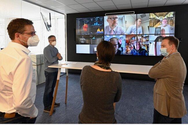 """Im neuen Newsroom der """"Freien Presse"""" laufen alle Informationen zusammen. Hier wird entschieden, wie die Themen digital und in der Zeitung zu den Leserinnen und Lesern gelangen."""