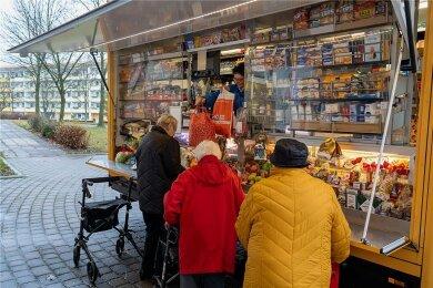 Ein Verkaufswagen der Firma Engelswieser Frischdienst fährt ab kommender Woche den Chrieschwitzer Hang an. Auch in Auerbach (Foto) ist ein solcher Wagen regelmäßig vor Ort, um Bewohner zu versorgen.